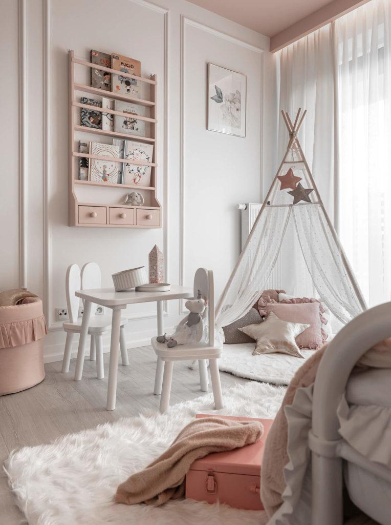 namiot tipi, stolik i krzesełka